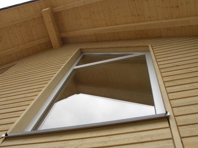 An die Dachschräge angepasste Fenster im Musterhaus Fellbach in der Ausstellung Eigenheim & Garten bei Stuttgart von Lehner Holzhaus Bonndorf