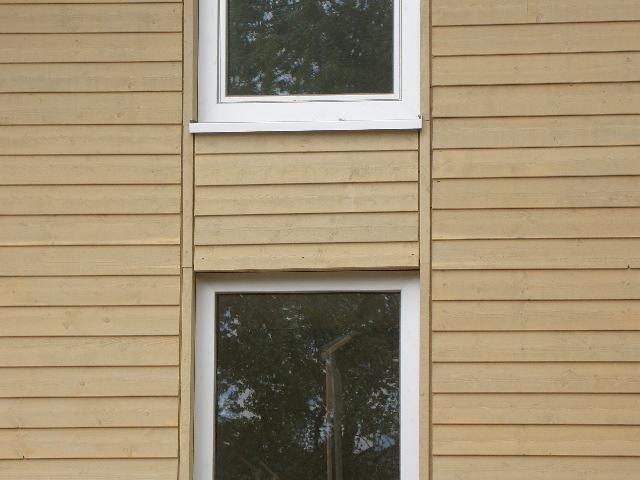 Fenster in der Holzwand im Musterhaus Fellbach in der Musterhausausstellung Eigenheim & Garten bei Stuttgart