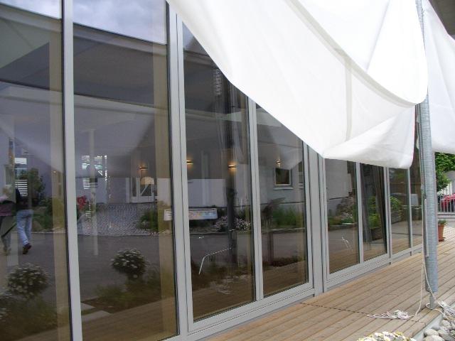 Helles, freundliches Wohnzimmer mit Ausgang zum Garten im Musterhaus Fellbach in der Ausstellung Eigenheim & Garten bei Stuttgart